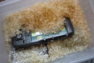 El arroz absorbe el agua del móvil